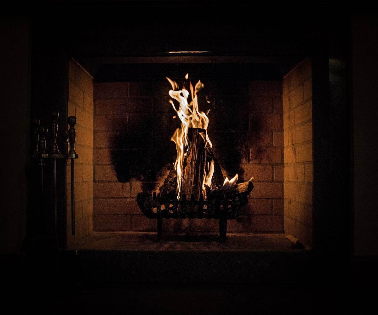 Ogień w kominku z płaszczem wodnym
