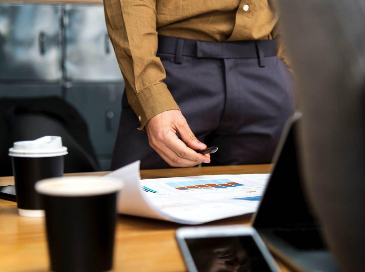 Mężczyzna z projektem przy biurku